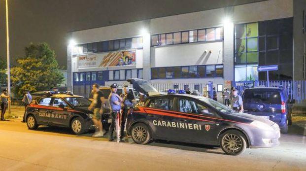 Carabinieri davanti alla 'Seri Cart' di Cormano