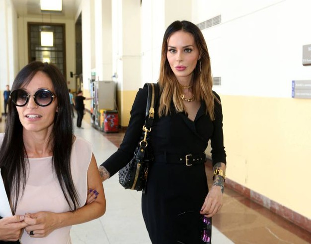 Nina Moric con il suo avvocato (Lapresse)