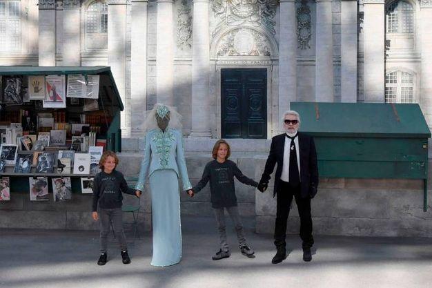 Lagerfeld con il figlioccio Hudson Kroenig (Foto LaPresse)