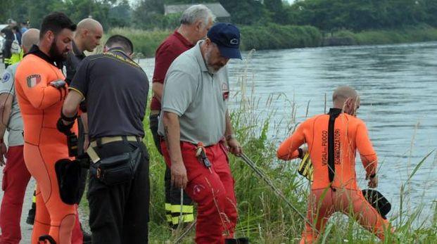 Volontari e sommozzatori durante le ricerche del cadavere