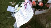 Fiori e pensieri sul luogo della tragedia (foto Ravaglia)