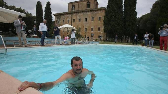 Salvini nella piscina di una villa confiscata a un boss (Ansa)