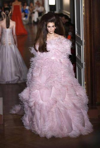 Kaia Gerber, figlia di Cindy Crawford, sfila con una del modelli della nuova collezione (Ansa)