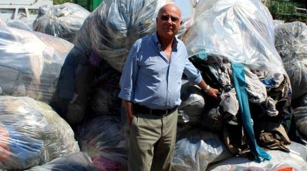 Ivo Vignali, titolare della Vignali spa mostra gli scarti tessili stoccati in azienda e destinati alla discarica