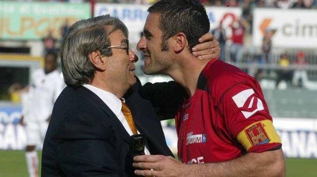Un abbraccio Lucarelli-Spinelli ai tempi in cui Cristiano giocava in amaranto