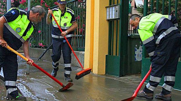 Cittadini e volontari alle prese con i danni dopo l'esondazione notturna del Seveso in zona Niguarda (Newpress)