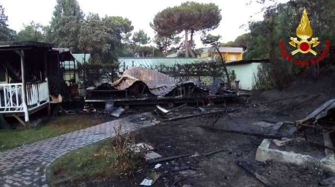 Incendio a Rosolina Mare, bungalow distrutti dalle fiamme
