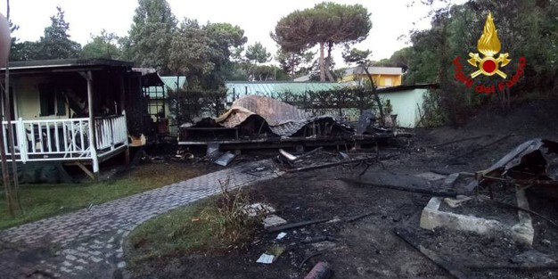 L'incendio al villaggio Rosolina Mare club