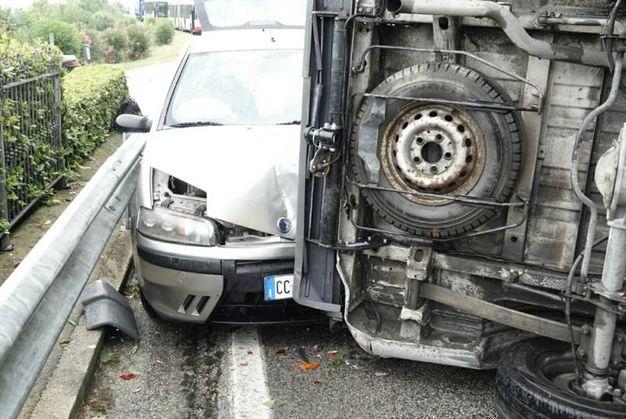 Il furgone si è ribaltato (foto Zeppilli)