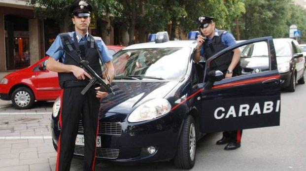 Un intervento dei carabinieri in strada (foto di repertorio)