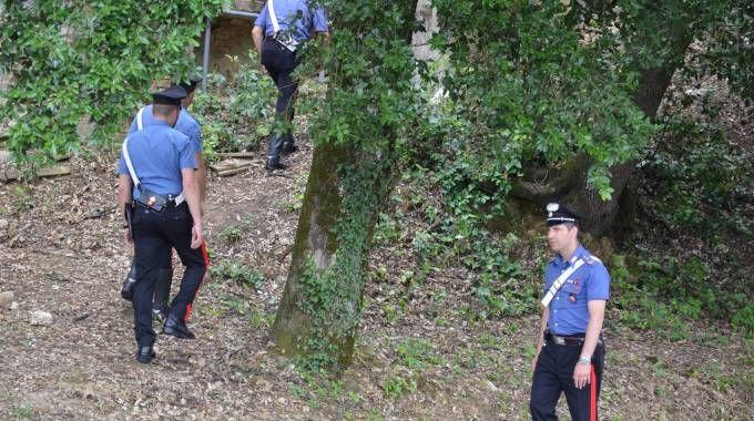 I carabinieri durante le ricerche dell'uomo