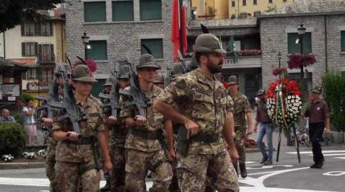 Gli Alpini della Brigata Julia durante la sfilata di ieri pomeriggio per le strade di Edolo