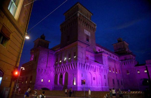Il castello estense colorato di rosa (Businesspress)