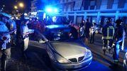 Una donna ha perso il controllo dell'auto e ha urtato un'auto parcheggiata per poi arrestare la folla corsa a ridosso di un marciapiede (Foto Zeppilli)