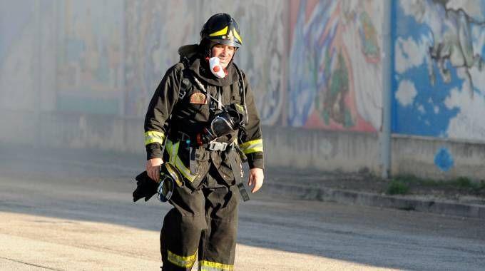 Un vigile del fuoco stremato dopo l'intervento (foto Calavita)