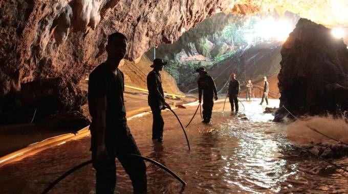 Thailandia, un tubo per portare ossigeno nella grotta (Ansa)