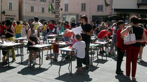 Bambini, genitori e prof hanno manifestato in piazza della Repubblica