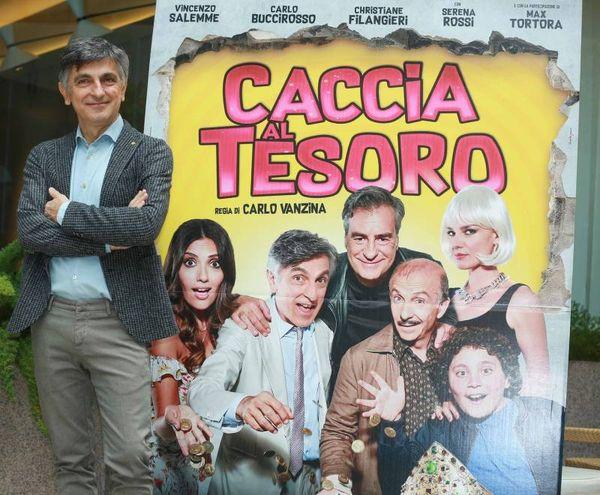 Vincenzo Salemme con la locandina dell'ultimo film di Vanzina (Lapresse)