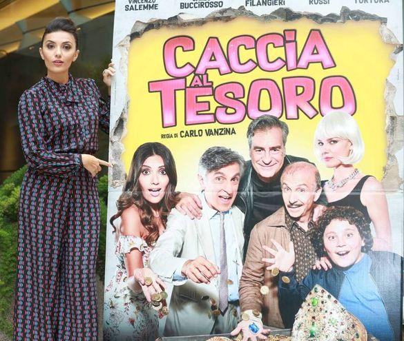 Serena Rossi con la locandina dell'ultimo film di Vanzina (Lapresse)