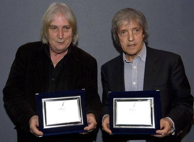 I Vanzina in posa con il Premio Speciale del Sngci ''Ciak per due'' 40 anni di commedia durante la serata finale del Festival Cortinametraggio a Cortina (Ansa)