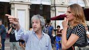 """Carlo Vanzina con l'attrice Christiane Filangieri durante lle riprese del film """"Caccia al tesoro"""" (Ansa)"""