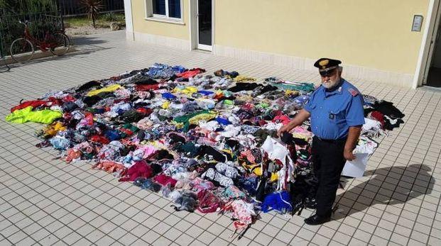 Il luogotenente Giuseppino Carbonari con la merce sequestrata