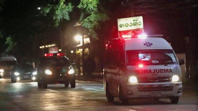 Un'ambulanza che trasporta uno dei bambini thailandesi tratti in salvo (Ansa)