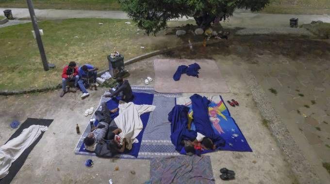 In 26 hanno passato la notte nei giardini di via Vittorio Veneto