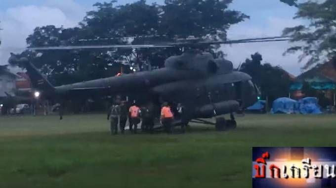 Thailandia, un bimbo salvato viene caricato in elicottero (Team Big Krean su Facebook)