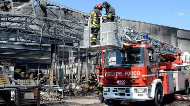 I vigili del fuoco al lavoro sul capannone distrutto dall'incendio
