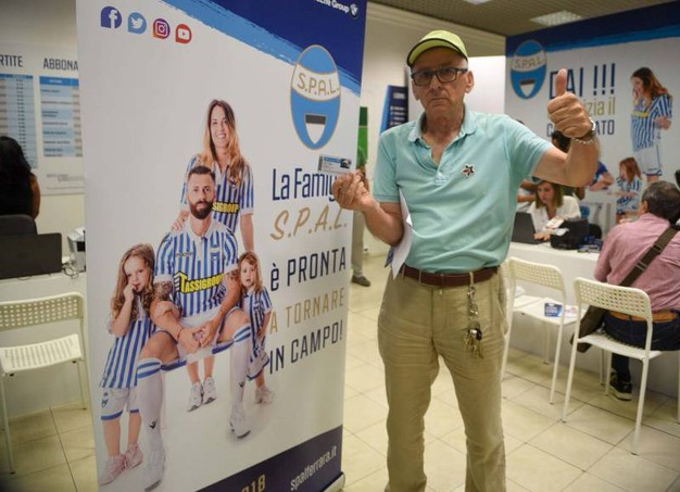Al centro commerciale 'Le Mura' è stato allestito il punto di riferimento per gli abbonamenti biancazzurri (Foto VBusinesspress)