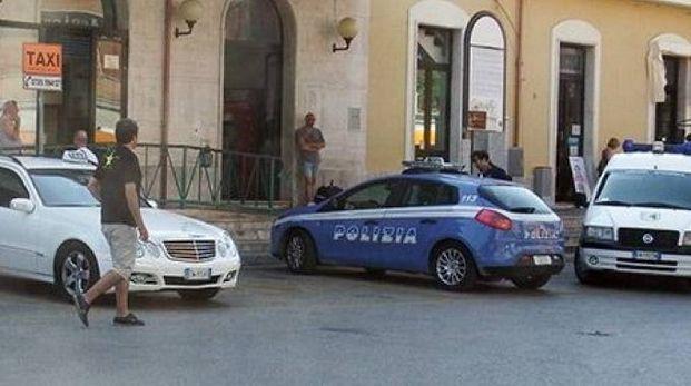 La polizia davanti alla stazione di San Benedetto