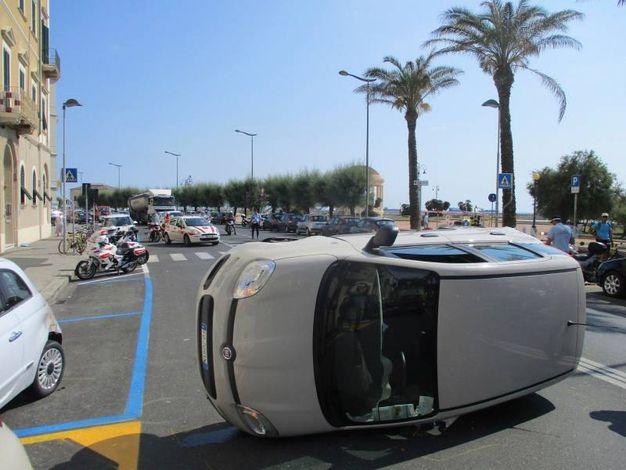 L'auto ribaltata (Foto Novi)