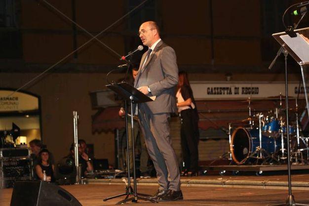 Il sindaco Luca Vecchi ha ufficialmente dato inizio alla sesta edizione dei giochi del tricolore in Piazza Prampolini (Foto Artioli)