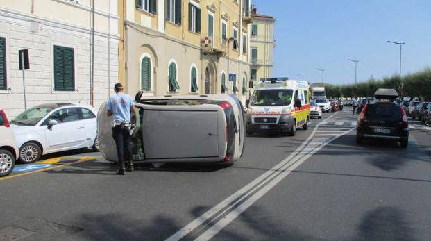 L'auto ribaltata sul viale Italia (Foto Novi)