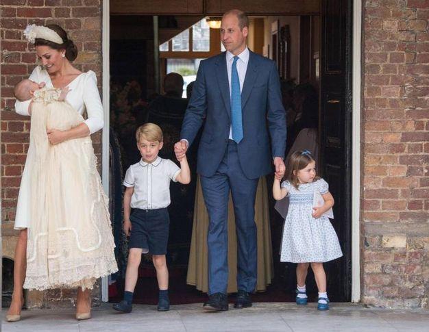 L'intera famiglia del principe William al battesimo di Louis (Ansa)