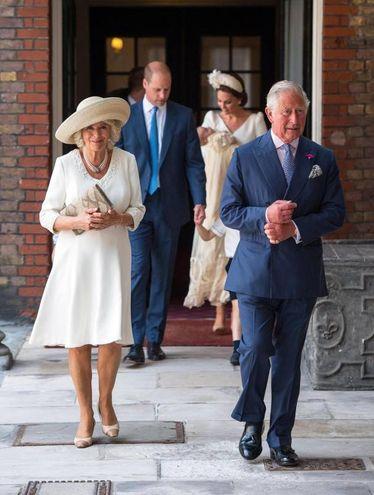 Carlo e Camilla precedono i genitori uscendo dalla chiesa (Ansa)