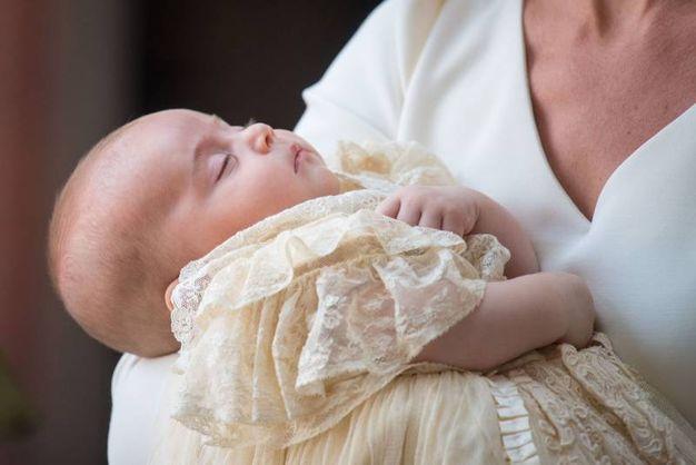 Baby Louis addormentato durante il battesimo (Lapresse)