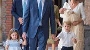 William e Kate e famiglia al completo al battesimo del piccolino di casa. Dietro si intravedono Harry e Meghan  (Lapresse)