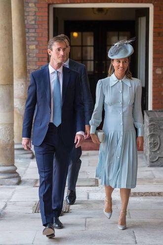 Pippa Middleton col marito James Matthews. Il colore dell'abito fa riferimento al sesso del bimbo che verrà? (Lapresse)