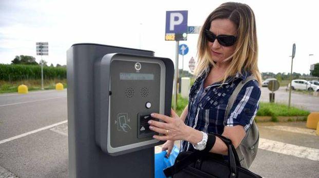 Uno dei  parcometri che tra un mese entreranno in azione nel parcheggio dell'ospedale di Cona (foto Businesspress)