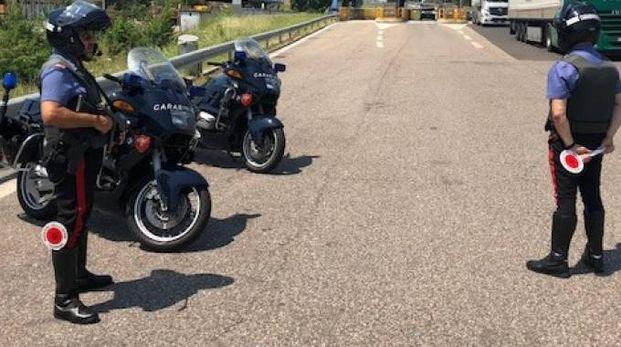 I militari dell'Arma con le motociclette al posto di blocco davanti al casello dell'AutoSole