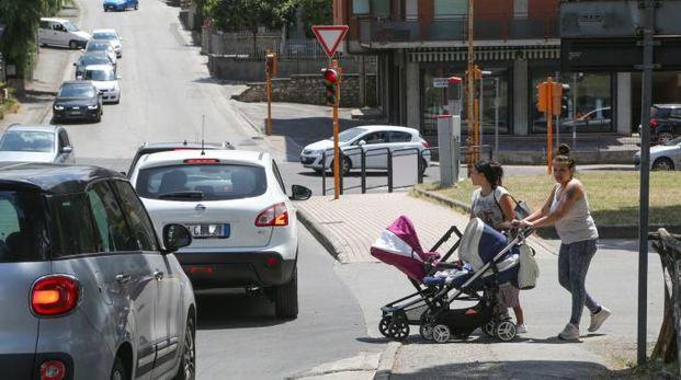 Viale San Sisto congestionato dalle auto, pedoni in difficoltà