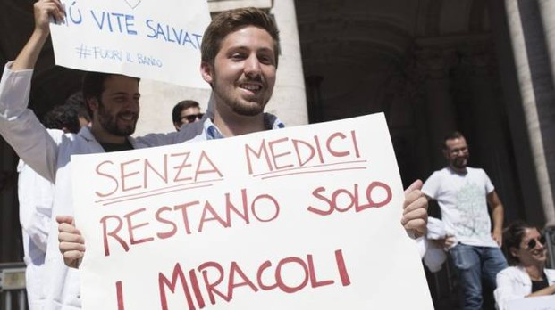 Una manifestazione dei medici contro i tagli alla sanità