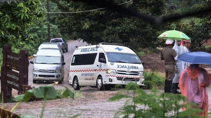 Ambulanze nella zona della grotta di Tham Luang (Lapresse)