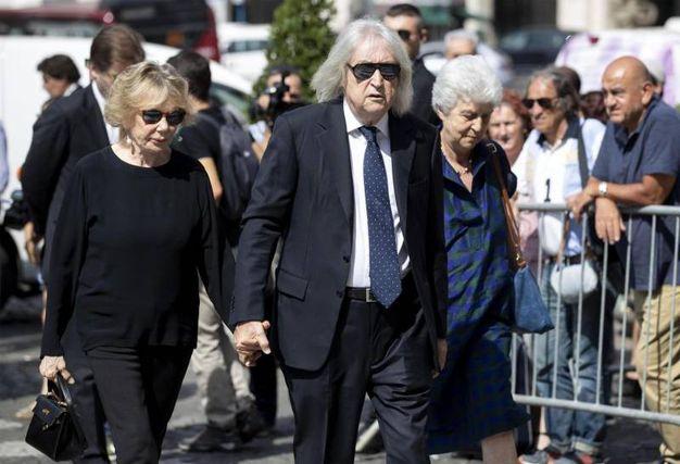 Carlo  Vanzina con la moglie Federica Burger (Ansa)