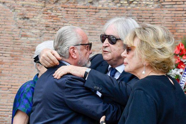 L'abbraccio tra Enrico Vanzina e Aurelio De Laurentiis (Lapresse)