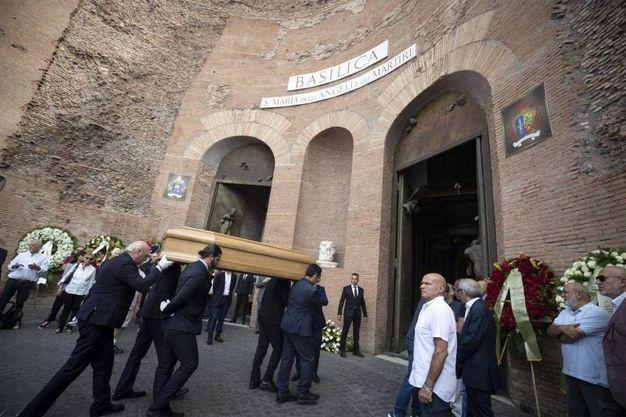 Il feretro entra in chiesa (LaPresse)