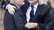 L'abbraccio tra Enrico Vanzina e Aurelio De Laurentiis (Ansa)