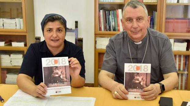 Il vescovo Simone Giusti e suor Raffaella Spiezio (Foto Novi)